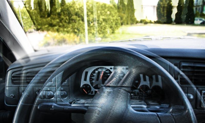 Wielki Klincz Kompletnie pijany kierowca uderzył w skrzynkę telekomunikacyjną i zasnął w aucie