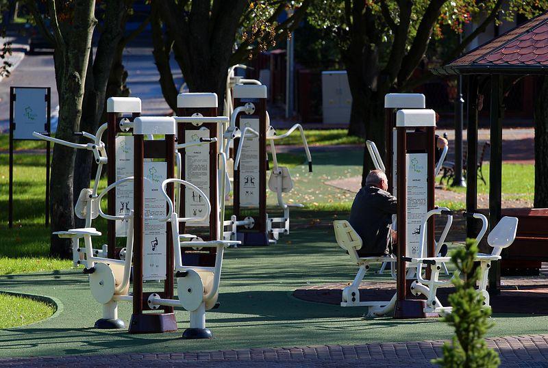 Chojnice: część mieszkańców ignoruje zakaz korzystania z placów zabaw, siłowni i boisk