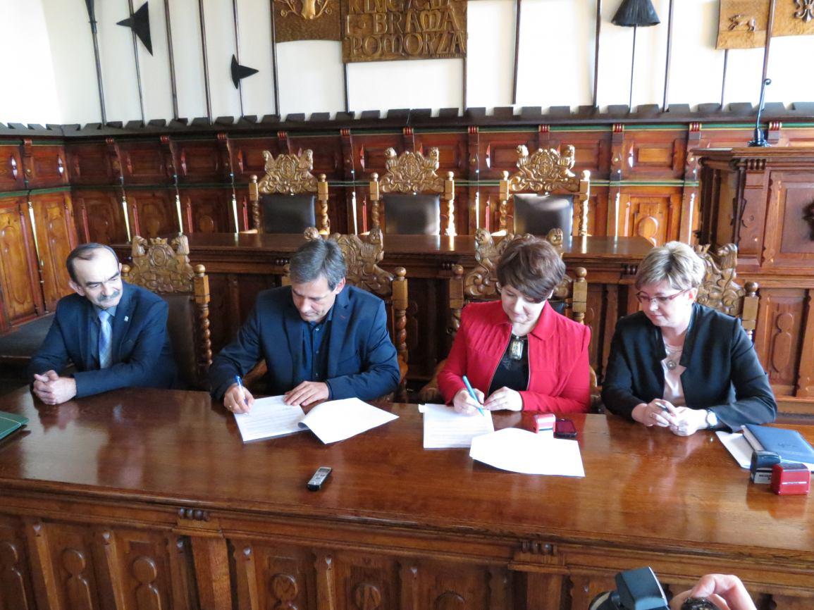 Podpisanie umowy na grant dla Towarzystwa Przyjaciół Hospicjum