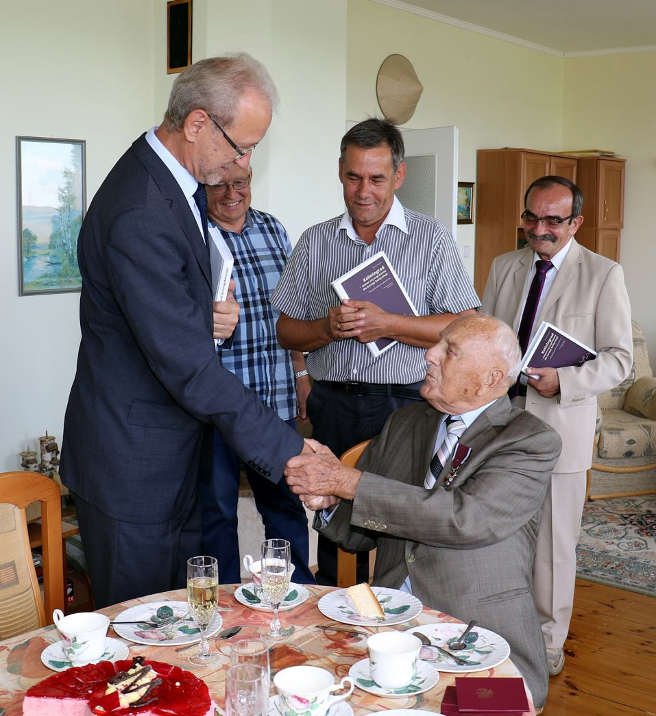 Edmund Piękny odznaczony Srebrnym Krzyżem Zasługi