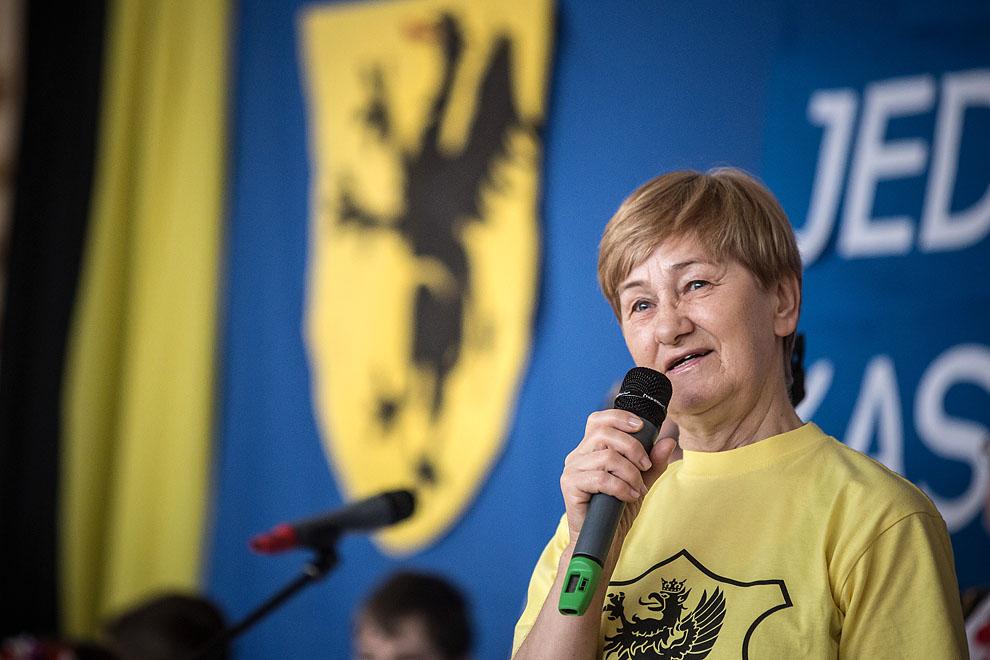 Prezes chojnickiego oddziału Zrzeszenia Kaszubsko-Pomorskiego Janina Kosiedowska z tytułem Zasłużonej Obywatelki miasta