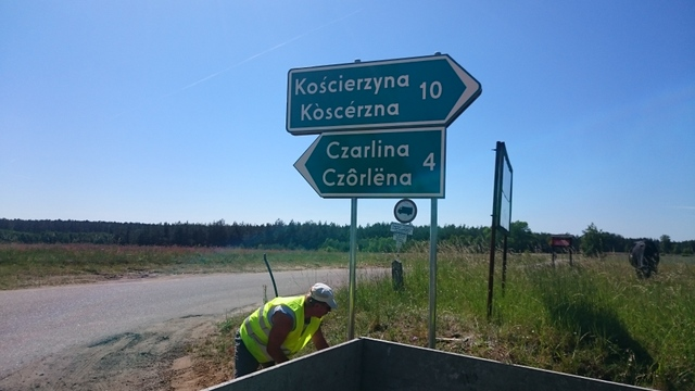 Dwujęzyczne tablice kierunkowe na drogach w gminie Kościerzyna