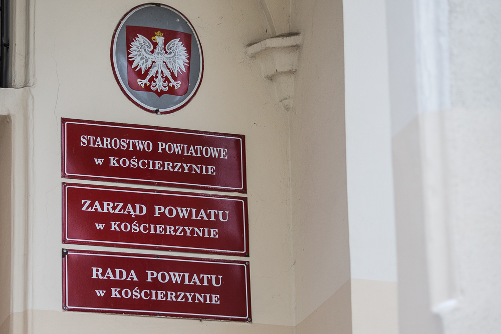 W budynku głównym kościerskiego starostwa od dziś 26.10. wznowiona została bezpośrednia obsługa mieszkańców