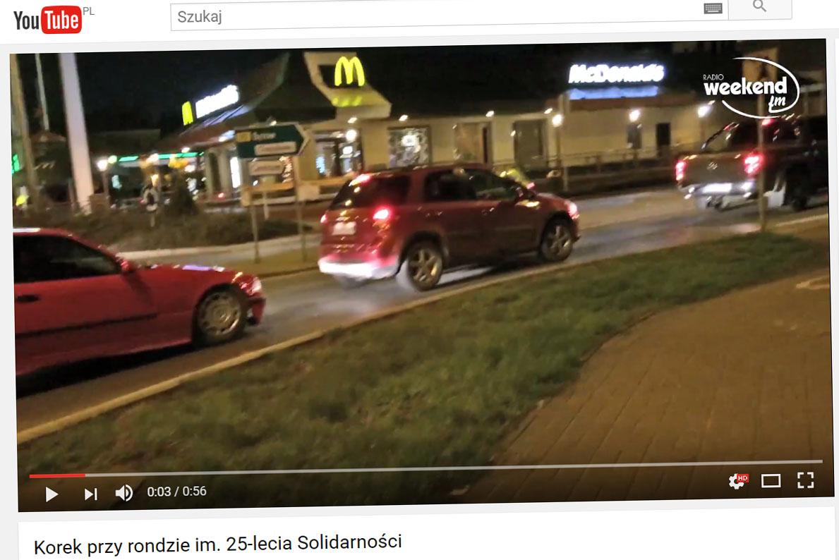 Korki w centrum Chojnic przez zjazd do restauracji drive-thru WIDEO