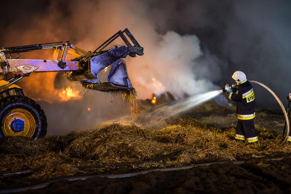 Duży pożar słomy w Charzykowach. To było podpalenie? Aktualizacja FOTO