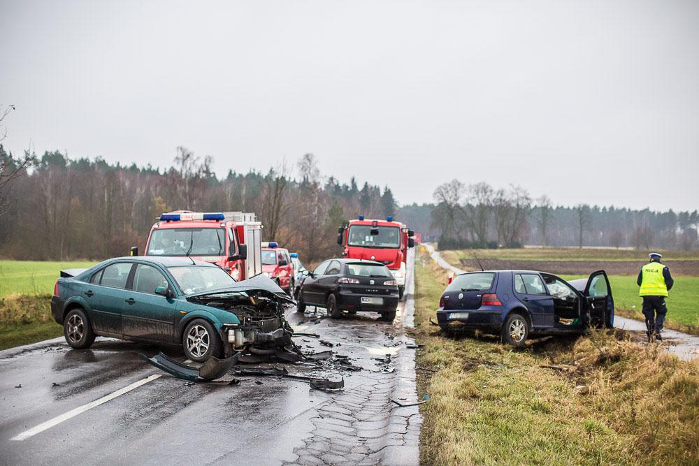 Zderzenie trzech samochodów na trasie Chojnice - Brusy. Pięć osób poszkodowanych