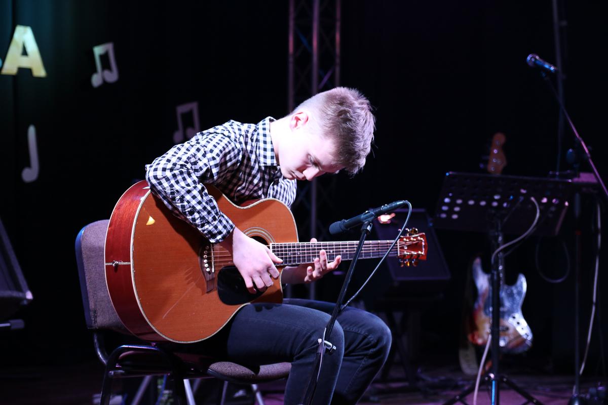 Kilkunastu gitarzystów rywalizowało wczoraj 8.04. w Ośrodku Kultury w Czersku w konkursie Złota Gitara
