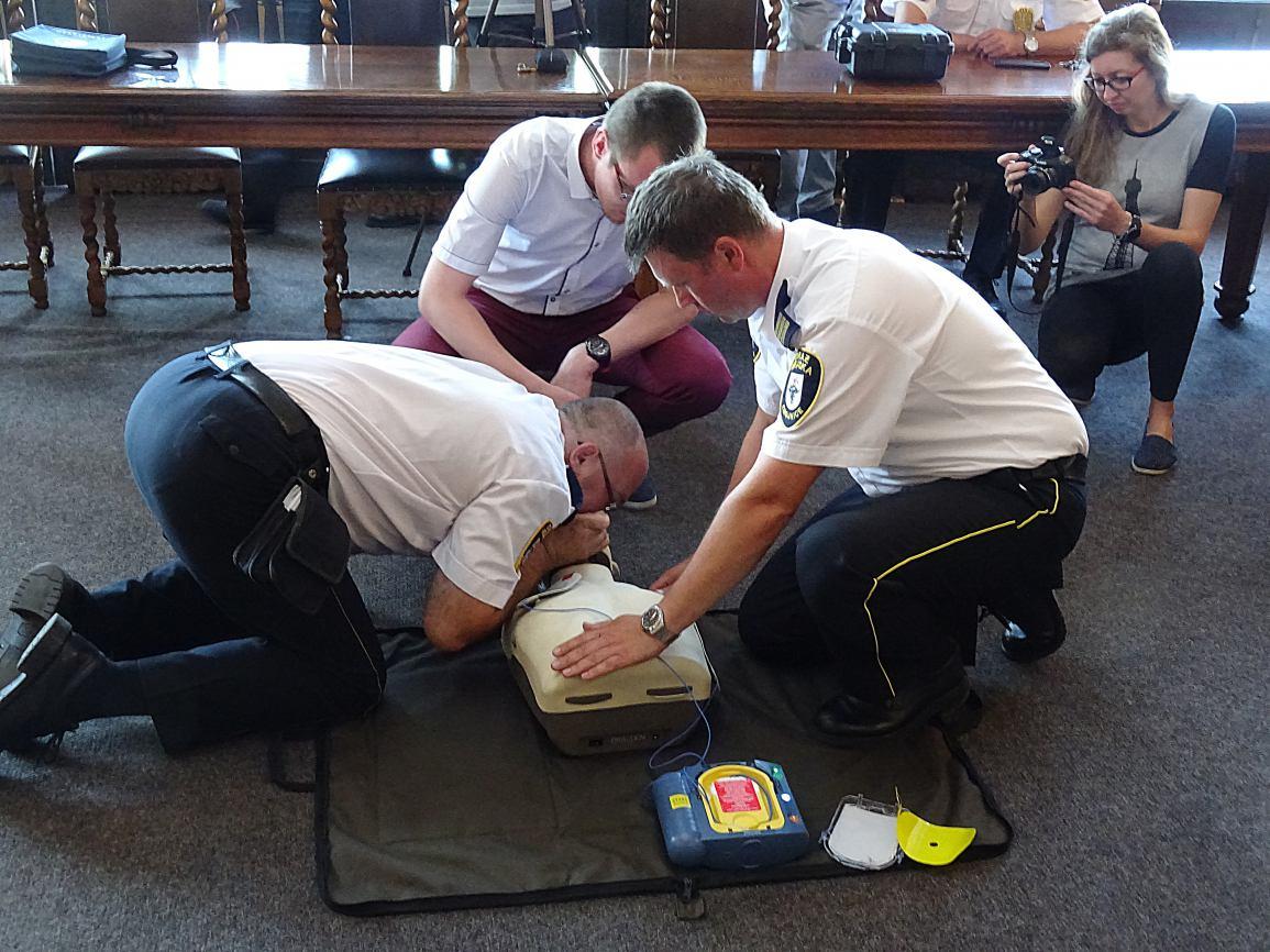 Chojnicka Straż Miejska otrzymała dwa mobilne defibrylatory