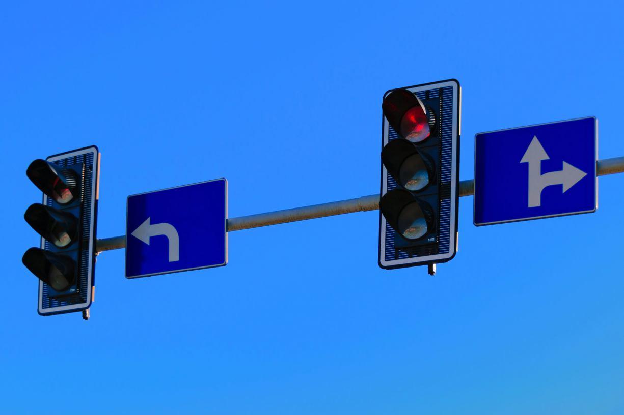 Korki na skrzyżowaniu drogi powiatowej od strony Charzyków z Szosą Bytowską. I to mimo sygnalizacji świetlnej