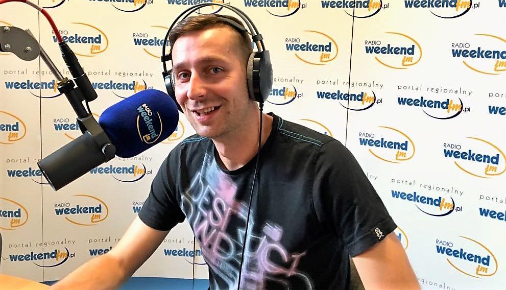 Pochodzi z Lubiewa, mieszka w Człuchowie. Mixuje w całej Polsce. Kacper Ochendal czyli DJ CASPROV w Weekend FM.