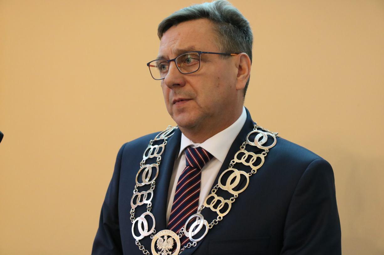 Burmistrz Człuchowa nie powinien dostać drugiego dodatku specjalnego do pensji