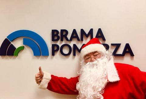 W mikołajkowe popołudnie 6.12. w drodze do CH Brama Pomorza Św. Mikołaj odwiedził studio Weekend FM