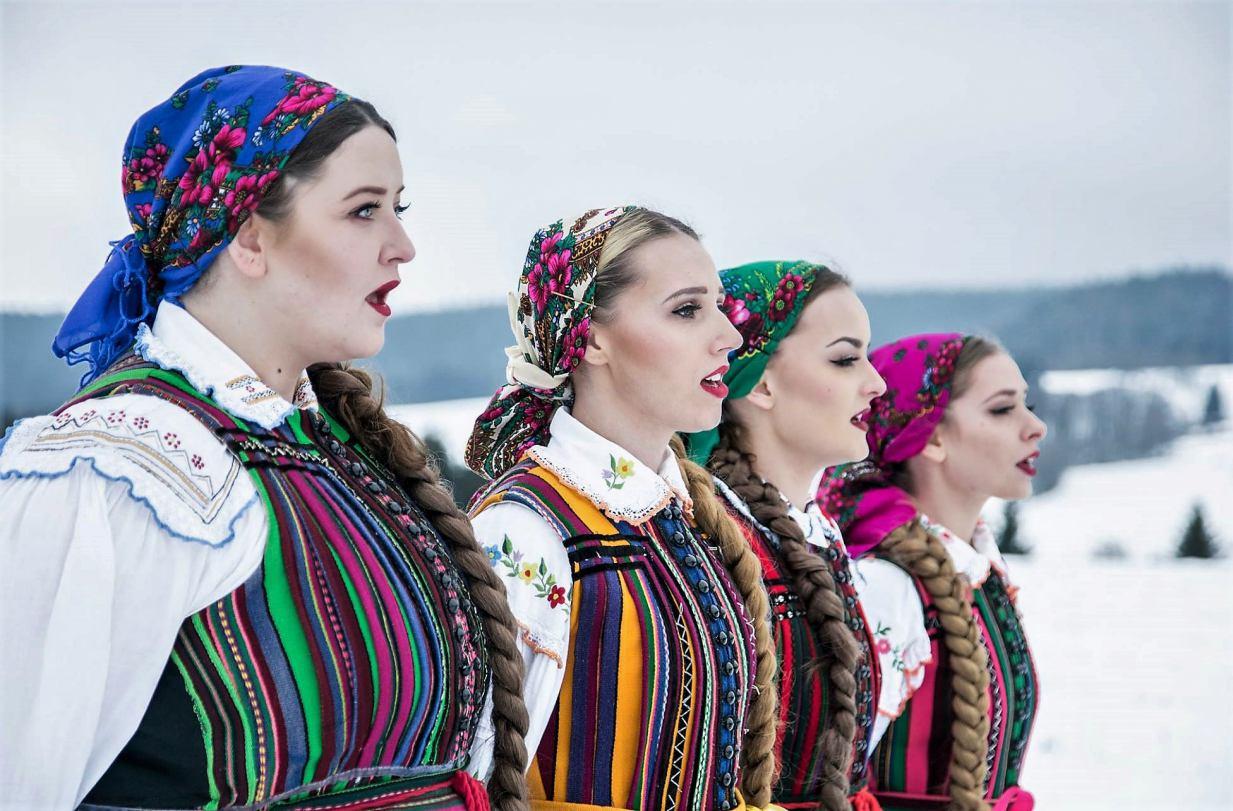 Zespół TULIA w Weekend FM śpiewa kaszubską kolędę.