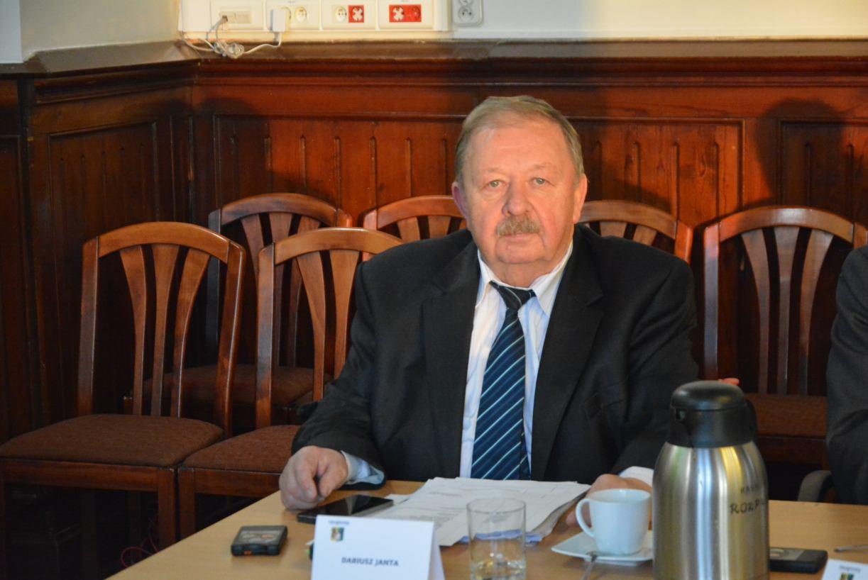 Rada Powiatu Kościerskiego podjęła uchwałę potępiającą wpisy radnego Dariusza Janty