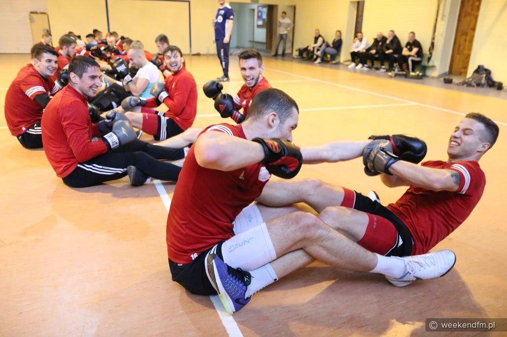 Piłkarze Chojniczanki uczestniczyli w treningu bokserskim (FOTO)