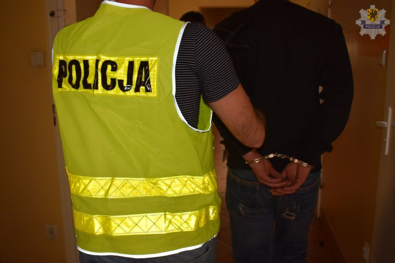 Uderzył w tył głowy i ukradł portfel z pieniędzmi. Podejrzany o rozbój w Czersku trafił do aresztu