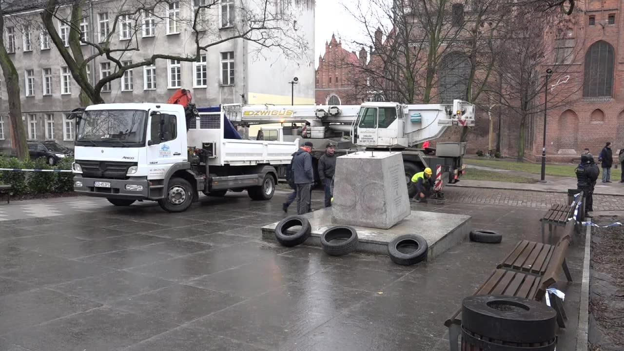 Władze Gdańska wydały obalony monument ks. Jankowskiego właścicielom