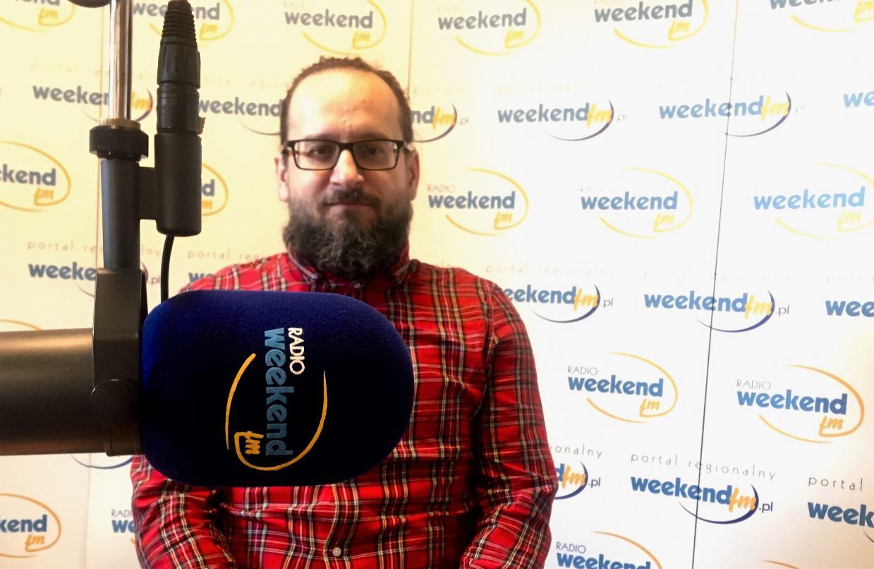 Krzysztof Ogłuszka ze skraju lasu ogłasza wiosnę w Weekend FM