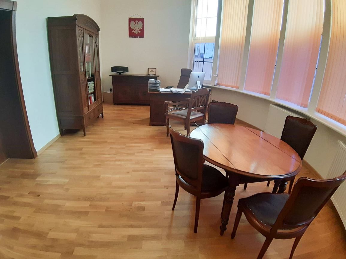 Będzie wymiana mebli w gabinecie starosty chojnickiego. Za 66 tysięcy złotych. Radna: