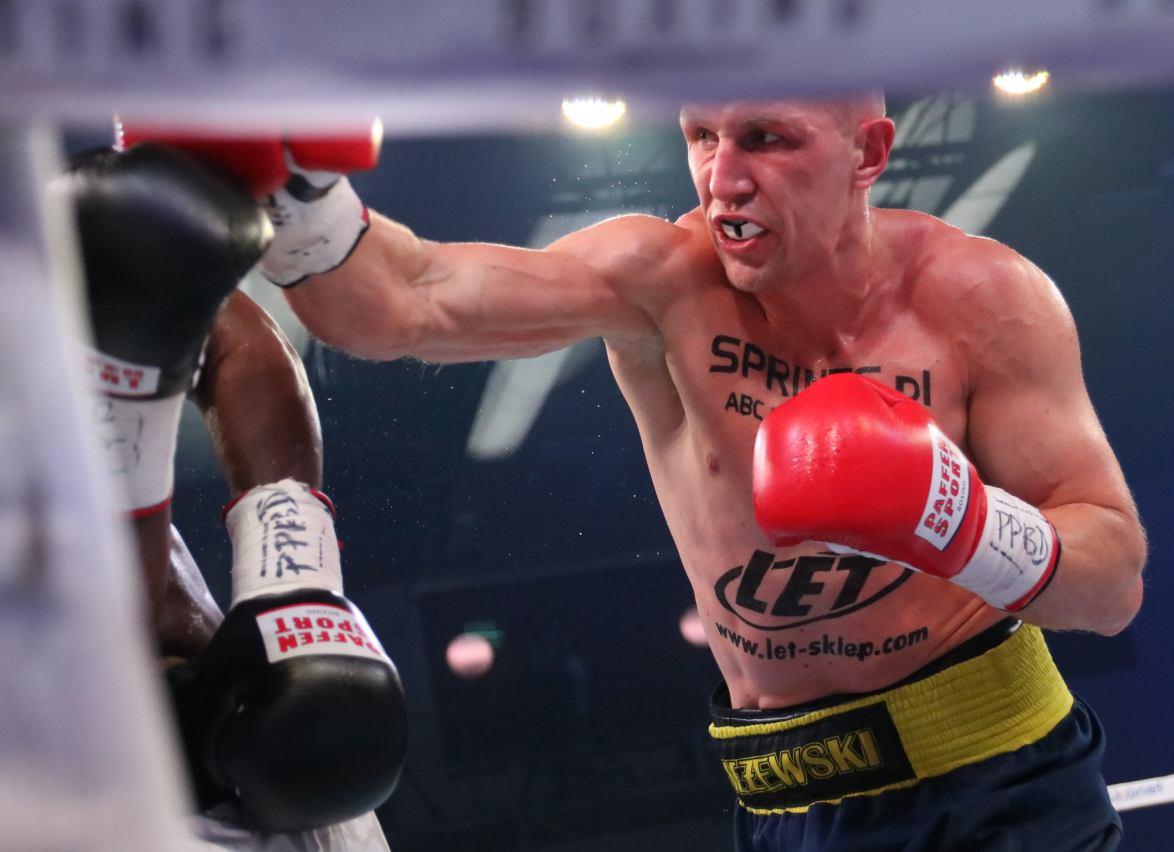 Pięściarz z Kościerzyny Nikodem Jeżewski nadal jest niepokonany w zawodowym ringu