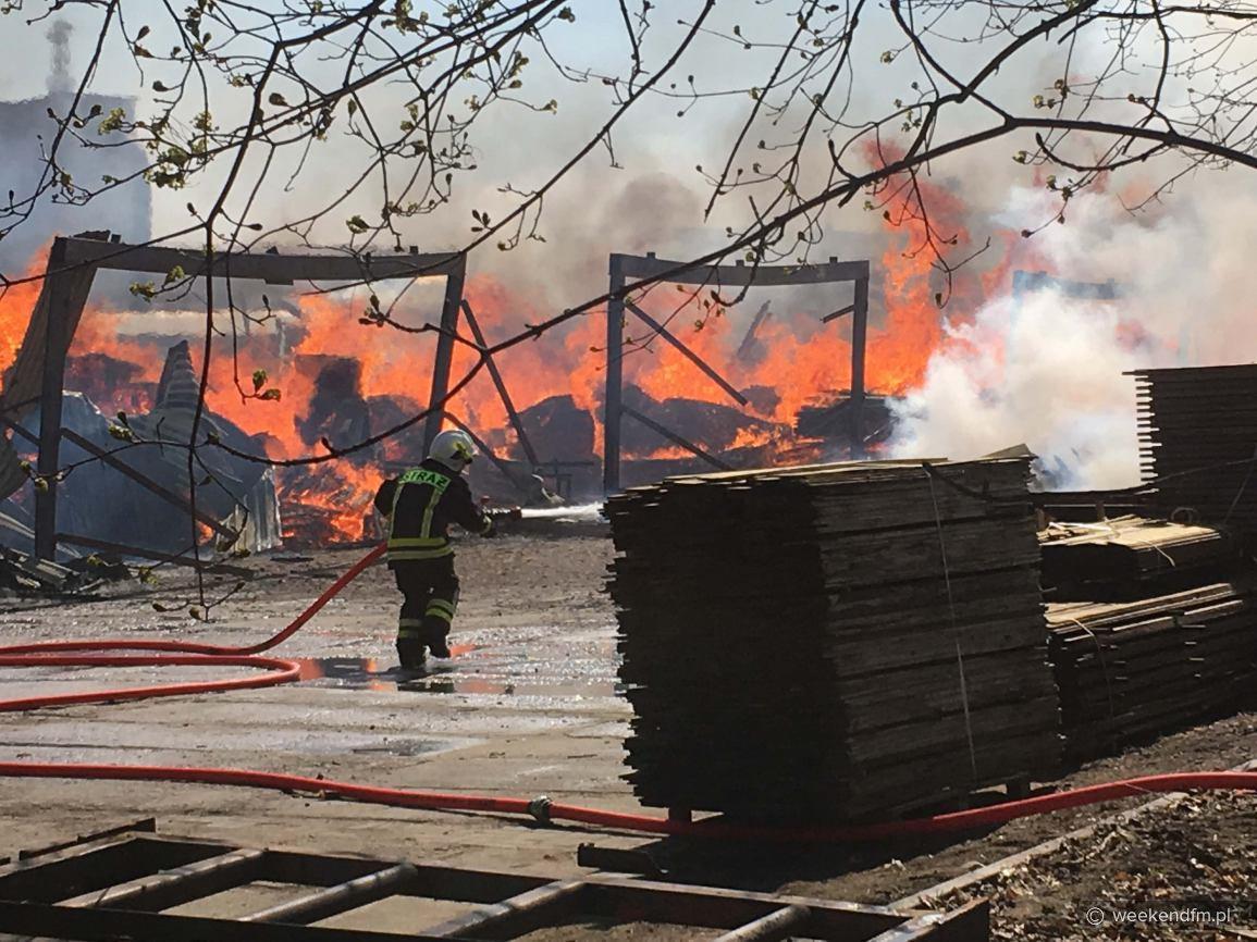 Pożar zakładu przetwórstwa drewna w Dziemianach, w powiecie kościerskim