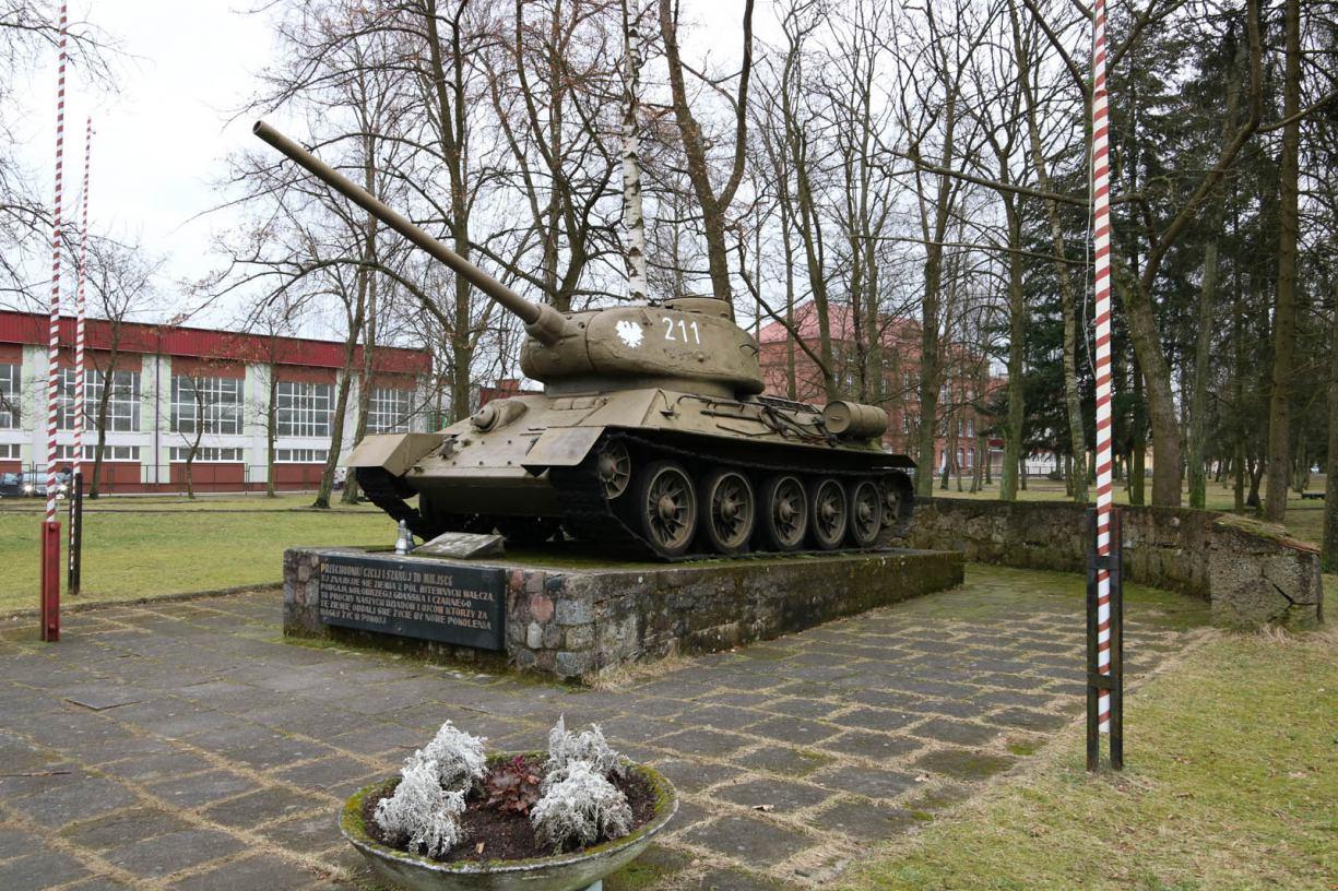 Kolejny pomnikowy spór w Czarnem. Tym razem chodzi o zburzony murek przy czołgu FOTO