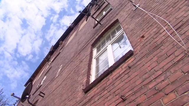 Dwóch czterolatków wypadło z okna kamienicy w Wolsztynie. Jeden zginął