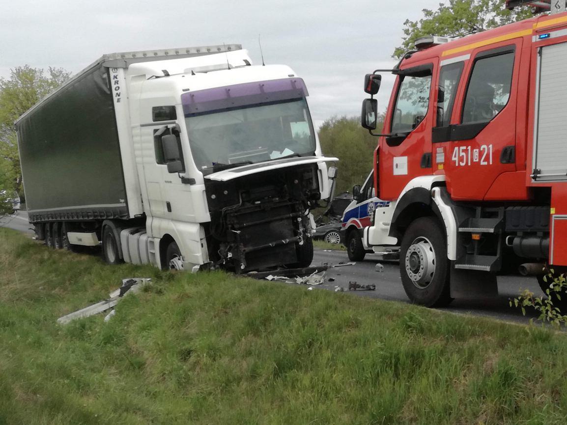 Powiat kościerski: zderzenie samochodu osobowego i ciężarówki