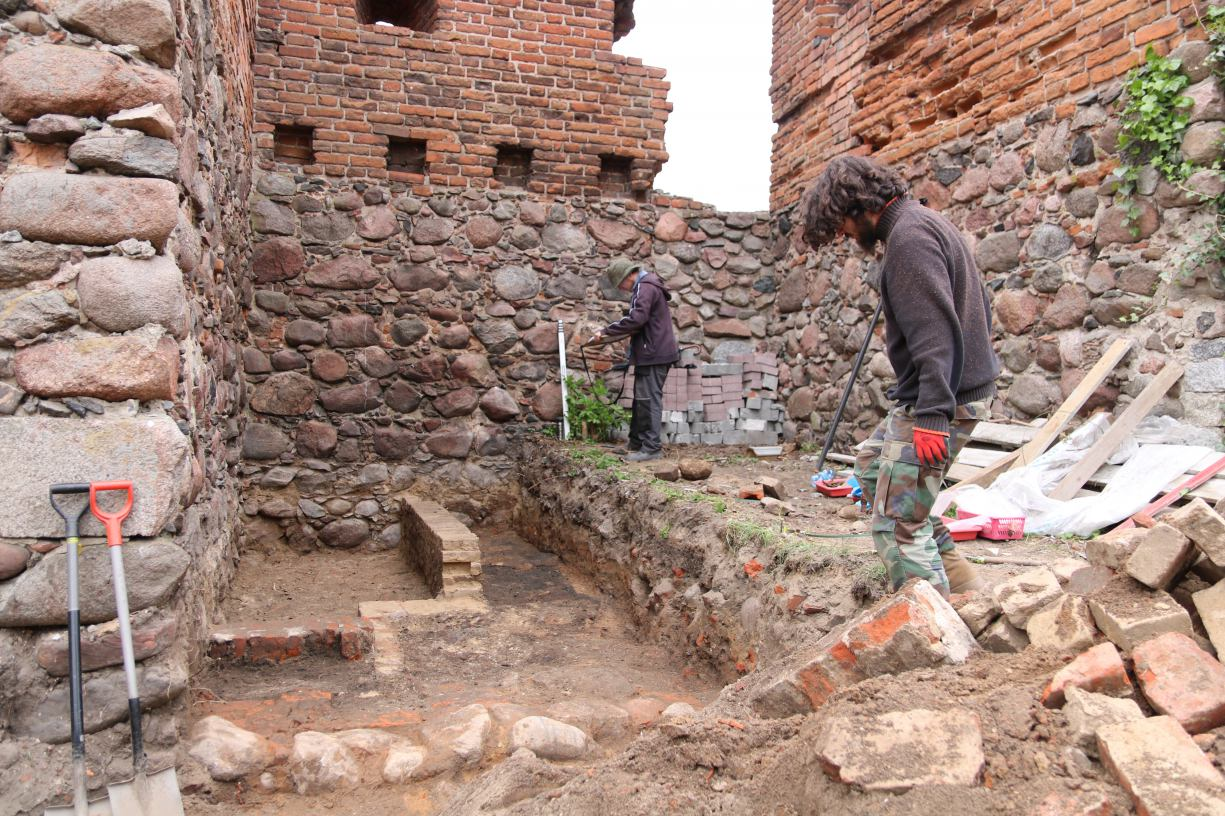Archeolodzy rozpoczęli badania przy średniowiecznych murach miejskich w Debrznie