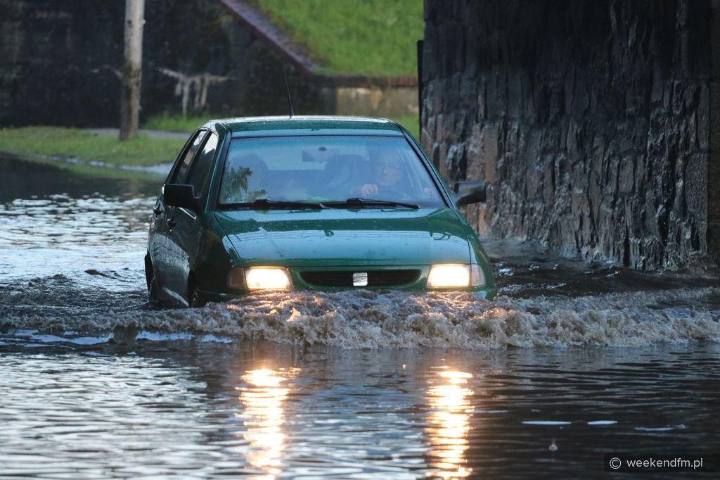 Po co jechać do Charzyków, jak mamy jezioro w środku miasta?. Chojnice zalane po wieczornej ulewie FOTO, WIDEO