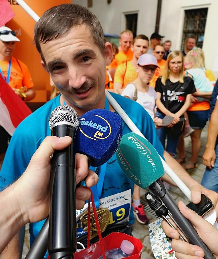 Paweł Mej, bosy biegacz z Bochni, pobił rekord Guinnessa w 24-godzinnym bieganiu boso