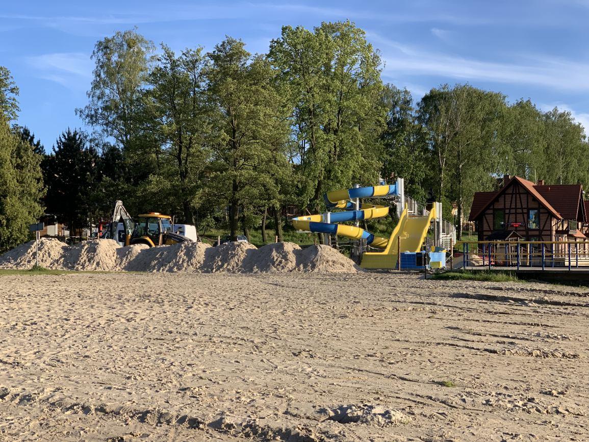 Dwie dorodne olchy ustąpiły miejsca nowej zjeżdżalni przy plaży w Charzykowach