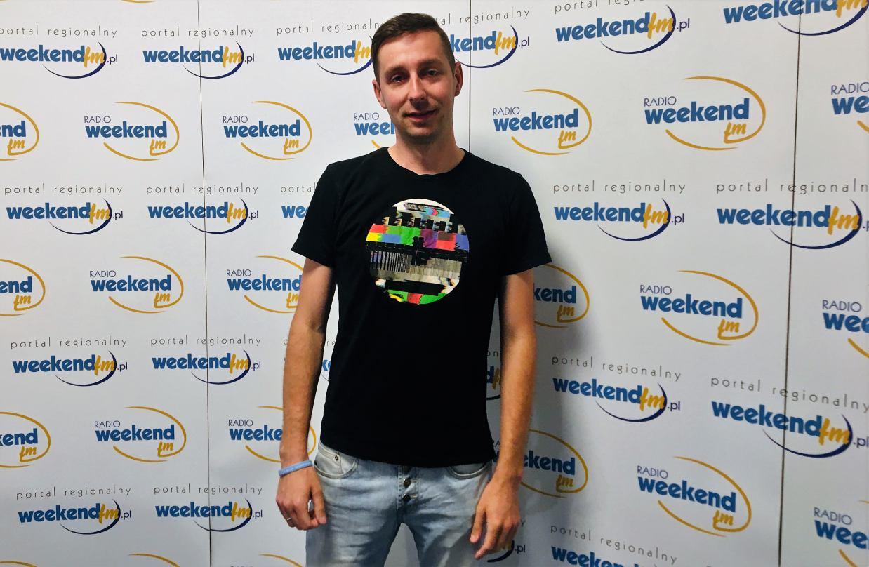 DJ Casprov po raz kolejny w Weekend FM. Pochodzi z Lubiewa, mieszka w Człuchowie, miksuje w całej Polsce.