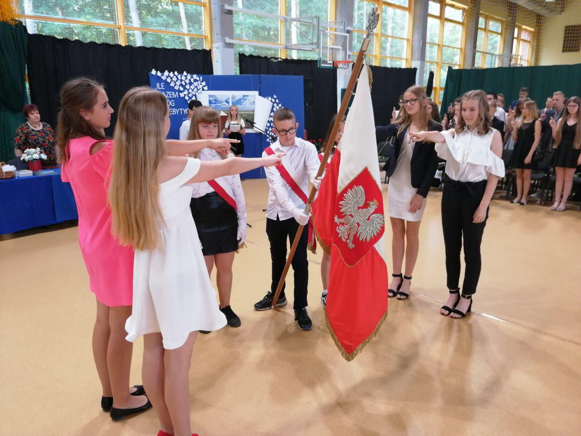 Dwie klasy ósme i dwie trzecie z gimnazjum zakończyły rok szkolny w Szkole Podstawowej nr 3 w Sępólnie Krajeńskim (FOTO)