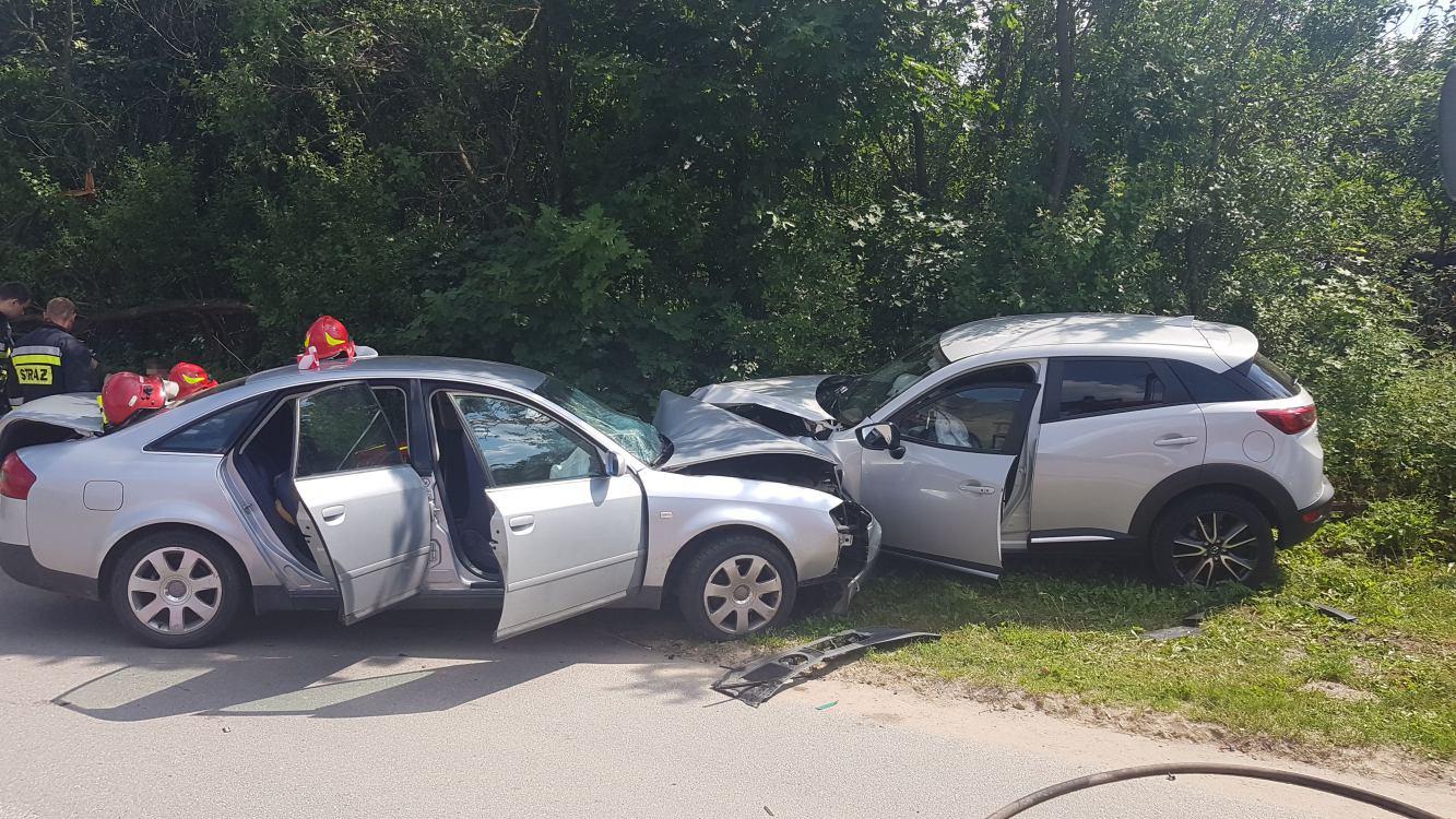 Zderzenie dwóch samochodów w Czarnoszycach w gminie Człuchów. 7 osób poszkodowanych