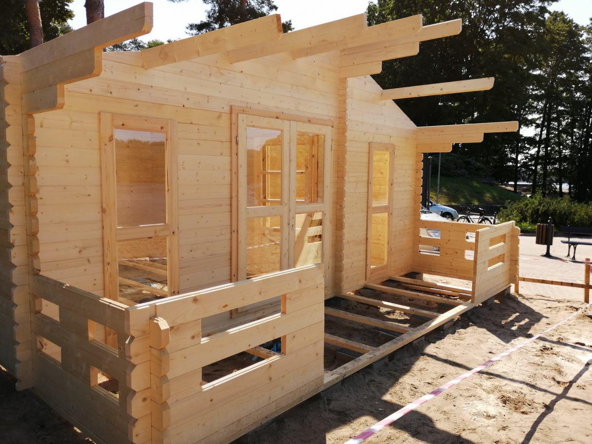Na plaży miejskiej w Sępólnie Krajeńskim powstaje nowy domek dla ratowników
