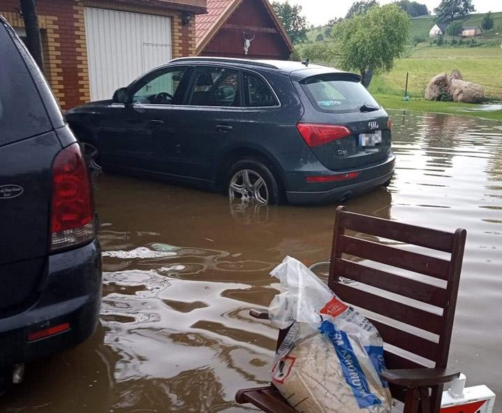 Zalane piwnice i drogi. Intensywny deszcz dał się we znaki mieszkańcom powiatu kościerskiego (FOTO)