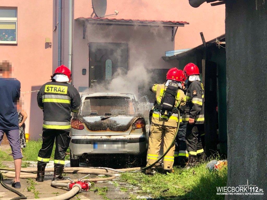 Pożar samochodu osobowego przy ul. Młyńskiej w Sępólnie Krajeńskim