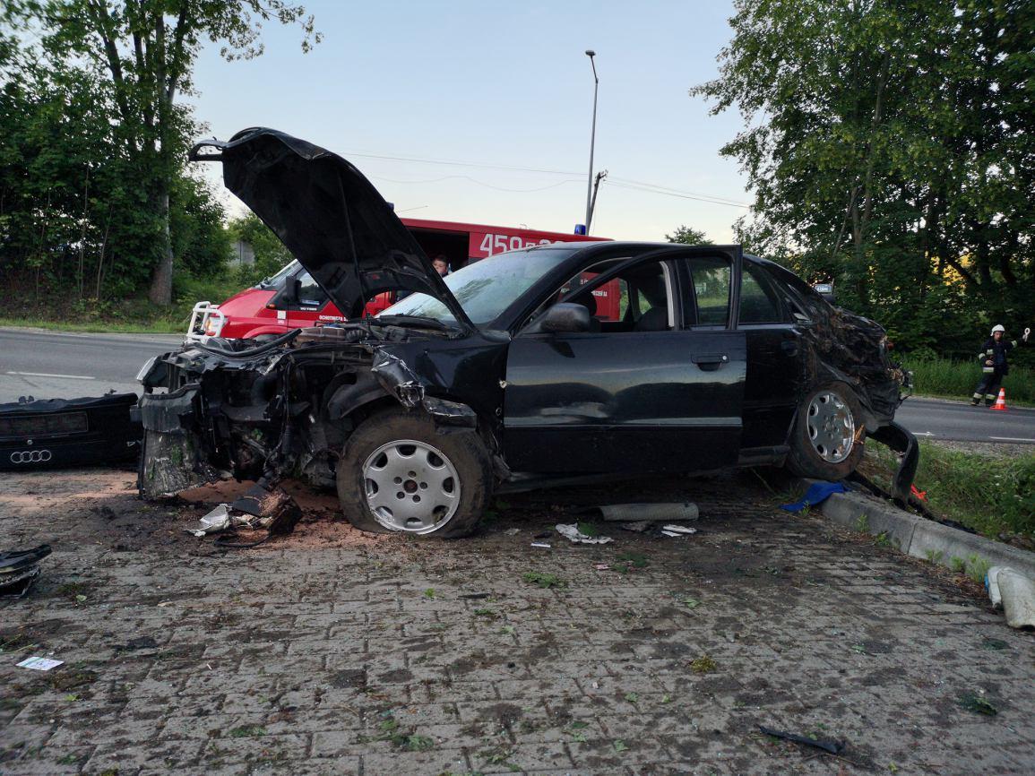 Trzy osoby, w tym dwoje dzieci, zostały ranne w wypadku w Grabowie Kościerskim. Audi uderzyło w drzewo (FOTO)