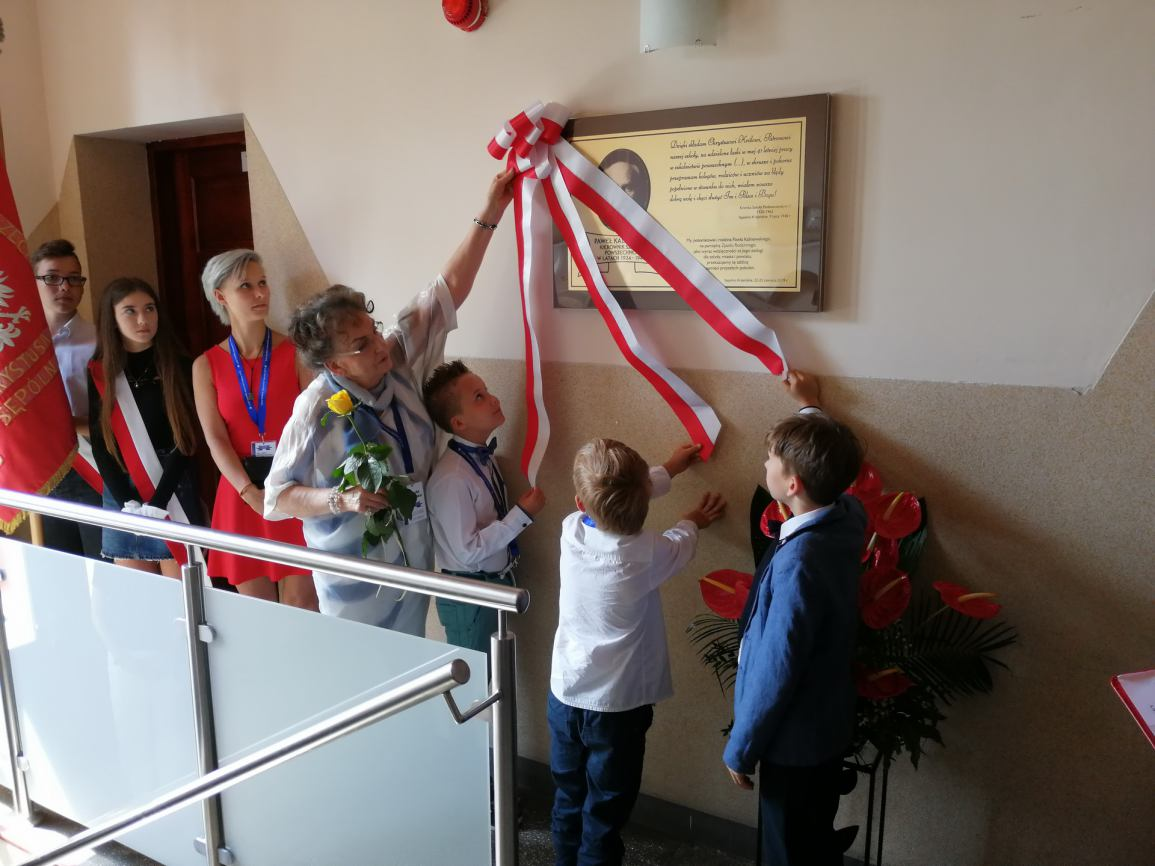 W Sępólnie Krajeńskim odsłonięto tablicę upamiętniającą pierwszego polskiego dyrektora szkoły w tym mieście (FOTO)