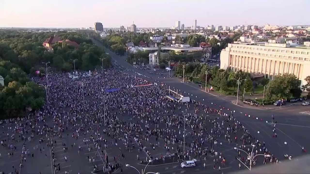 Antyrządowe protesty w Bukareszcie. Tysiące osób domagało się dymisji rządu