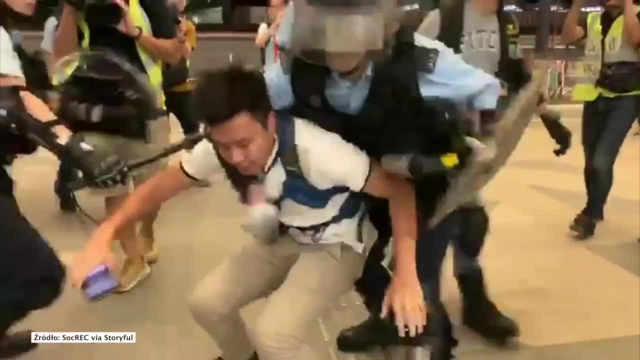 Brutalna interwencja policji na lotnisku w Hongkongu. Rozpoczęto usuwanie protestujących