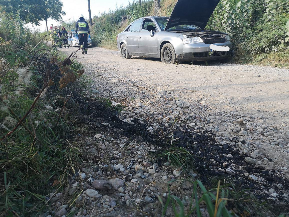 Pijany 23-latek bez uprawnień stracił panowanie nad autem i dachował (FOTO)