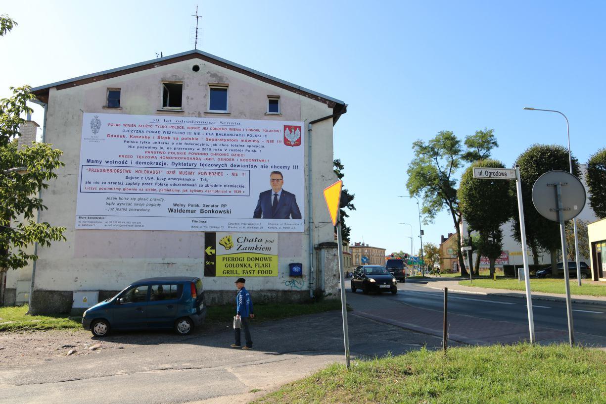 Mieszkańcy Bytowa i Człuchowa chcą usunięcia plakatów senatora Bonkowskiego. Jak mówią, przez mowę nienawiści