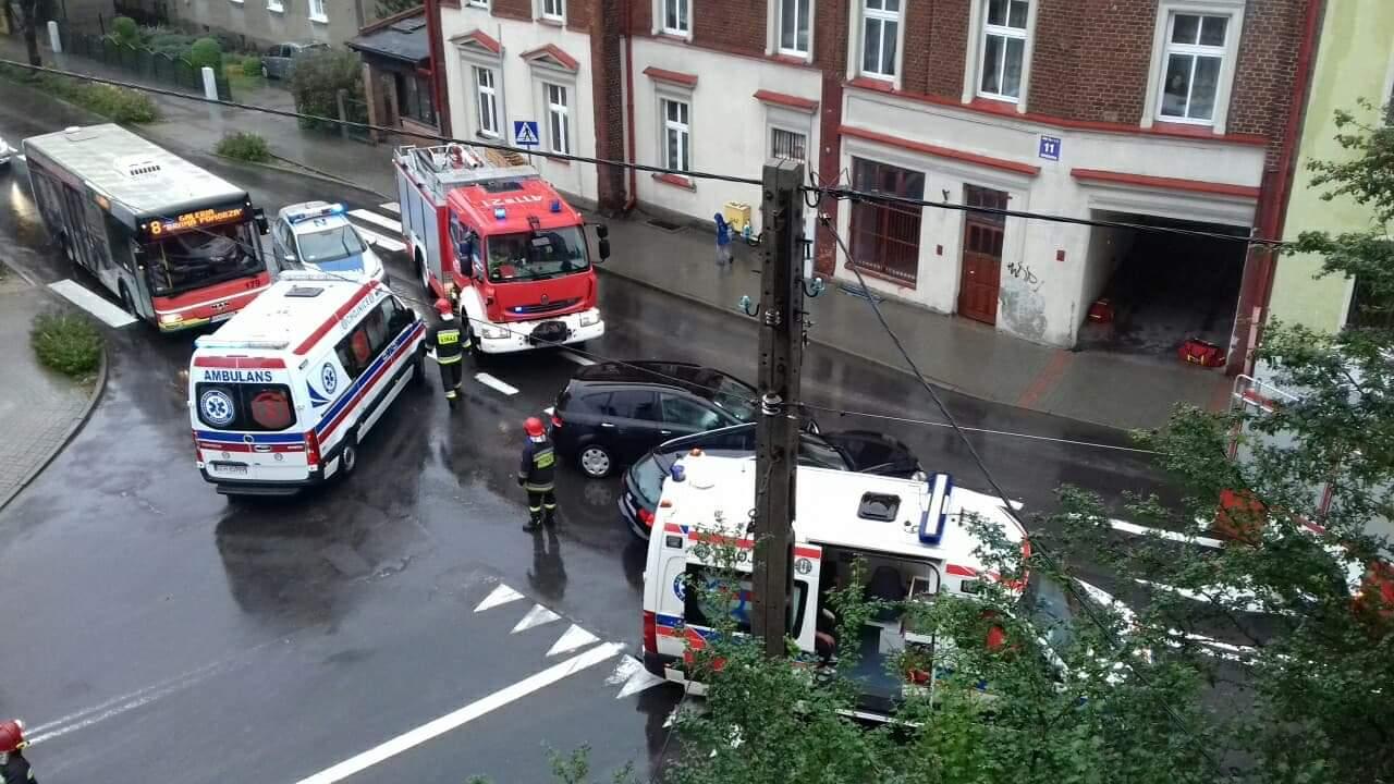 Kolizja dwóch samochodów osobowych na skrzyżowaniu w Chojnicach