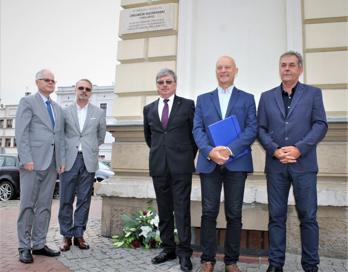 W Chojnicach odsłonięto tablicę pamięci profesora Zbigniewa Radwańskiego