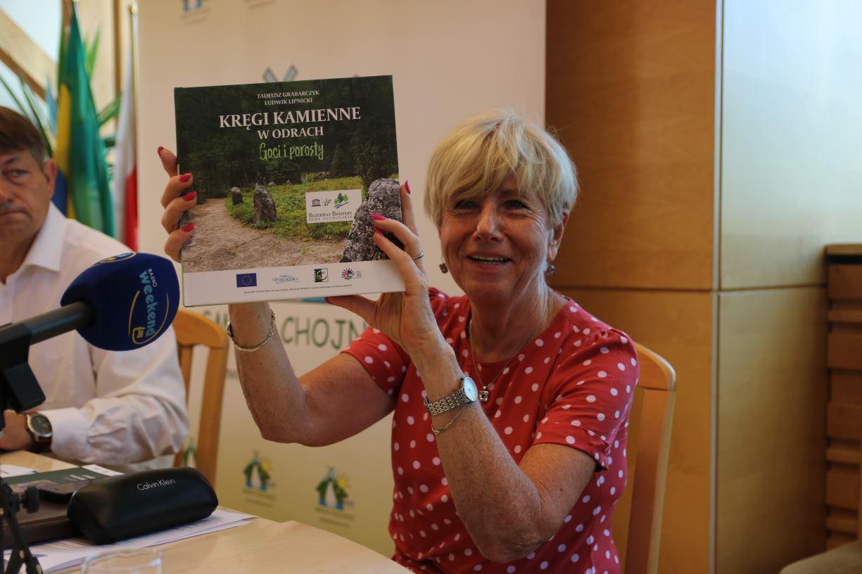 Lokalna Grupa Rybacka ´Morenka´ wydała książkę o fenomenie kamiennych kręgów w Odrach