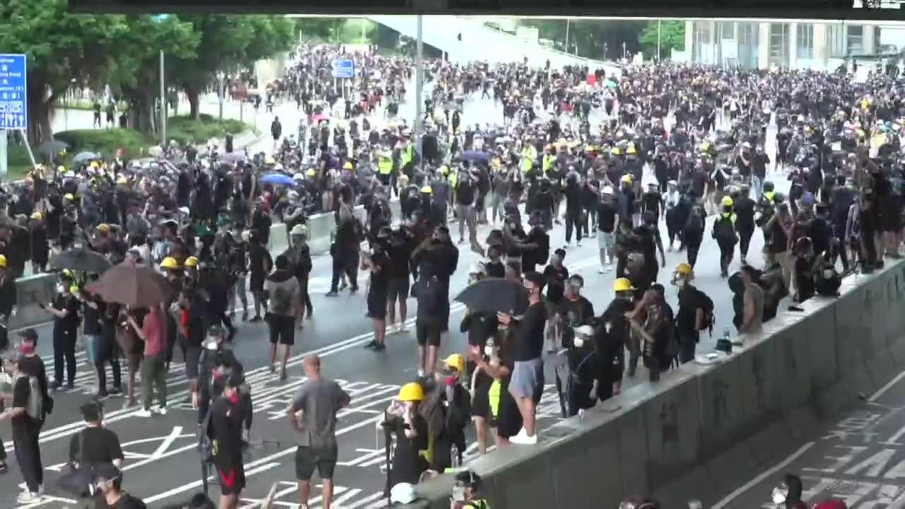 Starcia między policją i demonstrantami w Hongkongu. Demonstranci obrzucili funkcjonariuszy butelkami z benzyną