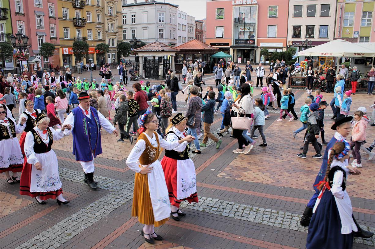 Ponad 100 osób zatańczyło poloneza na chojnickim rynku