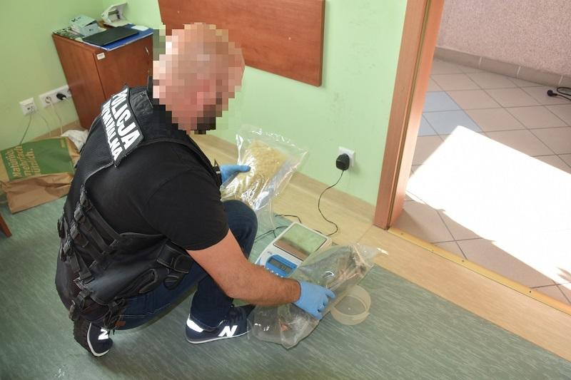 Człuchowscy policjanci zatrzymali mężczyznę, który przewoził dwa i pół kilograma narkotyków